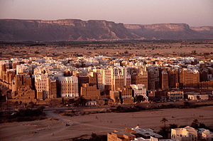 The city with the Hadhramaut Mountains in the background