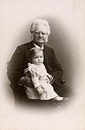Bjørnstjerne Bjørnson og barnebarnet Bjørnstjerne Albert Bjørnson-Langen, 1900 crop.jpg
