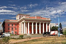 Large, classical building with many pillars