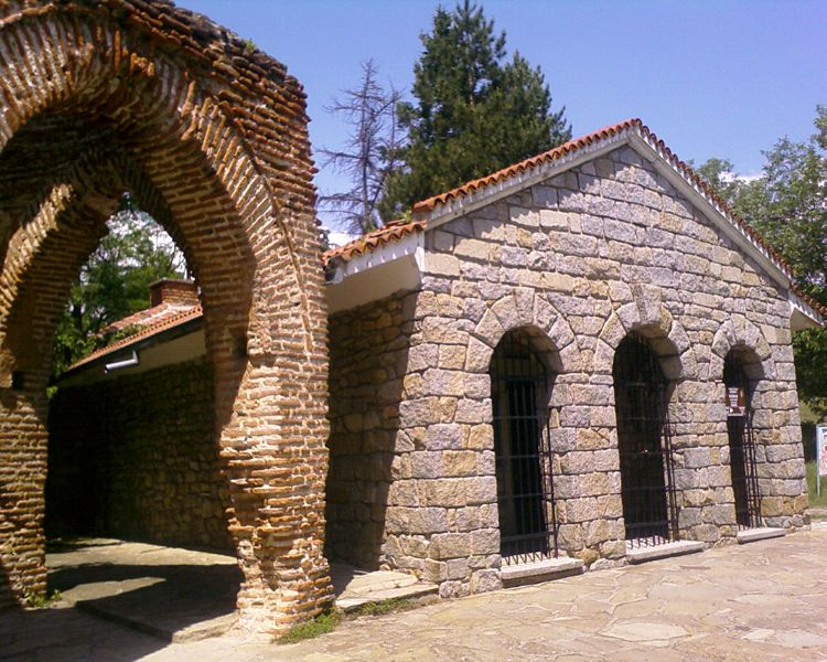 File:The thracian tomb in Kazanlak from outside.jpg