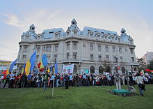 Large demonstration, with many tricolor (vertical blue, gold and red) Romanian flags